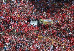 giovedì 7 marzo 2013   Caracas, Venezuela - AP Photo/Miraflores Presidential Press Office - La bara con il corpo di Hugo Chávez viene trasferita dall'ospedale in cui era ricoverato all'accademia militare in cui resterà fino a venerdì, il giorno del funerale. La foto è del 6 marzo ed è stata diffusa dall'ufficio stampa presidenziale del Venezuela.