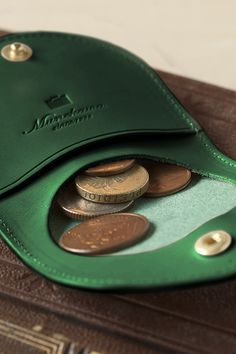 革の伸縮性を活かした薄型のコインケース