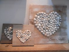 Schelpen in hartvorm op steigerhout...