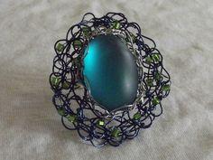 Anel regulável em crochê de fios de metal , cobre esmaltado em azul ( fio importado),bordado com chaton e vidrilhos.