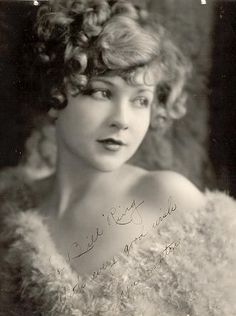 """Joyce Compton was an American actress.Compton appeared in a long string of mostly B-movies from the through the She was a comedy actress and protested at being stereotyped as a """"dumb blonde"""". She was in over 200 films from (ca. Old Hollywood Glamour, Vintage Glamour, Vintage Hollywood, Vintage Girls, Vintage Beauty, 1920s Glamour, Classic Beauty, Timeless Beauty, Vintage Pictures"""