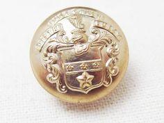 紋章デザインの金ボタンです。詳細は分かりませんが、落ち着いたカラーの金ボタンで、とても魅力的なデザインです。