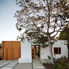 Bohemian Home. Hummingbird House, Mid Century Exterior, Hawaiian Homes, Modern Exterior, Exterior Homes, Bohemian House, Courtyard House, Spanish House, Home Landscaping