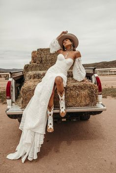 Inspired by bohemian travels and wild experiences, Australian leather brand Wandering Coyote offers beautiful leather boots. Western Wedding Dresses, Western Outfits, Boho Wedding, Dream Wedding, Cowgirl Wedding, Western Style Dresses, Cowgirl Chic, Bohemian Style, Boho Chic