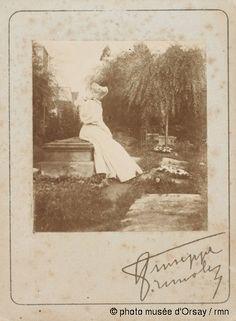 Giuseppe (comte) Primoli La comtesse Greffulhe dans un cimetière, assise sur une pierre tombale vers 1890 Musée d'Orsay: Notice d'Oeuvre