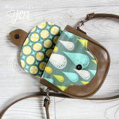 Swoon Dollie Mini Crossbody FREE Pattern - https://sewing4free.com/swoon-dollie-mini-crossbody-free-pattern/