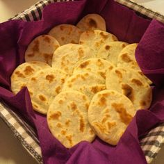 Le mini piadine di stracchino sono ottime da accompagnare a salumi e formaggi, ma anche mangiate da sole.