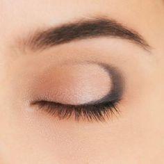 1 подготовьте веко с помощью базы, затем растушуйте по всей поверхности светлые тени с легким шиммером. 2 мягким карандашом для глаз черного или коричневого оттенка прокрасьте линию вдоль ресниц и сде... Eyeliner, Make Up, Eye Liner