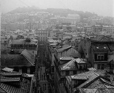 Lisboa com neve, Zona da Baixa,1954 Visit Portugal, Back In The Day, Vintage Photography, Portuguese, Old Photos, Vintage Posters, Paris Skyline, Paradise, Black And White