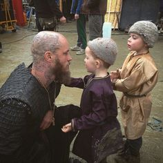 Travis Fimmel with the children on set > Just kill me already.