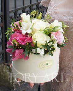 """Цветы в коробке """"Игривое настроение"""" #букеткиевдоставка #зказатьбукеткиев #коробкасцветами #корзинасцветами #подарки #цветывподарок #цветывкоробке #букет"""