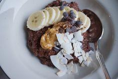 Proteinrig kakao chiagrød toppet med banan og peanutbutter