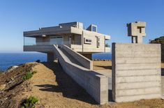 Designed by the architect as his own holiday home, this striking concrete property in Casablanca, Chile, was inspired by multiple visits to Le Corbusier's Villa Savoye in Paris. Le Corbusier, Casablanca, Villa Architecture, Amazing Architecture, Base Building, Building A House, Villa Savoye, Concrete Houses, Concrete Walls