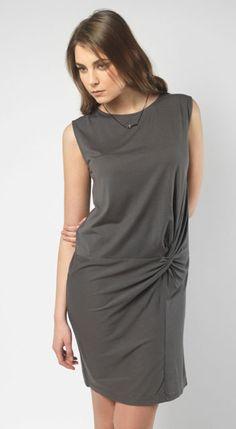 Nos encanta este vestido de @olaa0106 en color carbón con un nudo a la altura de la cadera.  #vestidos #must #looksoftheday