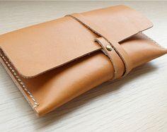 leather clutch en Etsy, un mercado global de artículos hechos a mano y vintage.