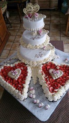 Hochzeitstorte mit Erdbeeren aus der Region. Die Rosen sind aus Marshmallows die wir mit Puderzucker und Bonbonsirup gemischt haben.