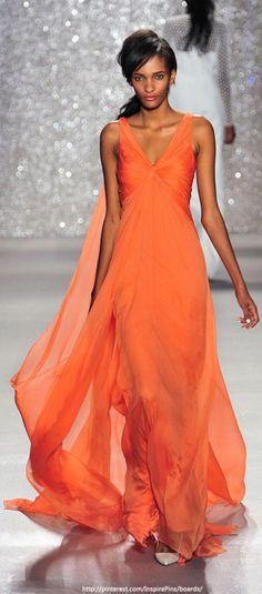 Vestidos para madrinhas e convidadas 2014 Ao ser convidada para um casamento a primeira coisa que vem a cabeça é: 'o que vestir', e para ajudar nessa escolha, trouxe aqui alguns modelos e cores de vestidos para madrinhas ou convidadas que são tendência...