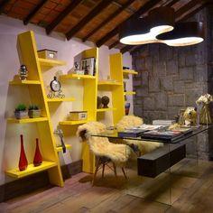 no-escritorio-trabalho-em-casa-descanso-e-labor-andam-juntos-junto-a-mesa-as-cadeiras-charles-eames-com-assento-em-polipropileno-e-pes-de-madeira-receberam-pelegos-de-ovelha-para-1339795680830_500x500.jpg (500×500)