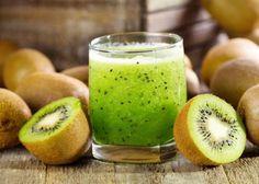 """Pour 2 portions : Ingrédients : 3 pommes vertes bio ('Granny'), 4 kiwis, ½ citron jaune. Conseils de préparation : """"Lavez les pommes, essuyez-les et coupez-les en morceaux. Coupez les kiwis en deux et prélevez-en la chair. Pelez la moitié du citron jaune et coupez-le en morceaux. Passez tous les ingrédients dans votre appareil. Versez dans les verres et dégustez au plus vite"""", propose Dorothée Van Vlamertynghe dans son guide Mes petites recettes magiques 100% jus détox. Bienfaits pour le…"""