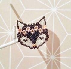 Tellement choupi ! Hama Beads Patterns, Beaded Jewelry Patterns, Peyote Patterns, Beading Patterns, Rose Moustache, Miyuki Beads, Diy Collier, Brick Stitch Earrings, Bead Sewing
