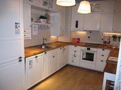 Piękna biała kuchnia z IKEI przypominająca kuchnie prowansalskie. Białe szafki z…