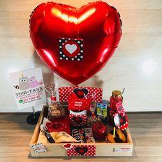 Desayuno Regalo Sorpresa Pepitas Rojo - Image 6 Candy Bouquet Diy, Diy Bouquet, Valentine Baskets, Valentine Gifts, Surprise Box, Breakfast On The Go, Origami, Balloons, Glow