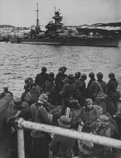 German soldiers look at the heavy cruiser Admiral Hipper in the Norwegian fjord - april 1940 - pin by Paolo Marzioli Heavy Cruiser, Heavy And Light, Panzer Iv, Ww2 Photos, Military Diorama, Armada, German Army, Battleship, World War Ii
