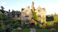 """Jean-Philippe Teyssier, architecte paysagiste, nous emmène à la découverte des plus beaux jardins de France et d'Europe. Dans le sud de l'Angleterre, le jardin de Gravetye dévoile une nature indisciplinée et une grande floraison de plantes vivaces. Ce domaine a été conçu par William Robinson, l'inspirateur du """"wild garden""""."""