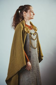 It's nice to see an reenactment dress, not made in modern neon colours! The fabrics and colours have a very realistic look to them.