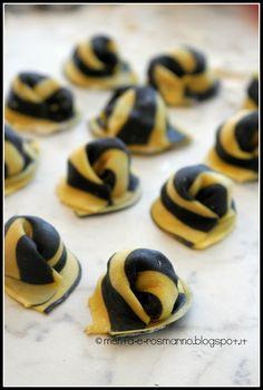 Tortelli zebrati con nero di seppia, ripieni di gamberi e salmone affumicato | Menta e Rosmarino