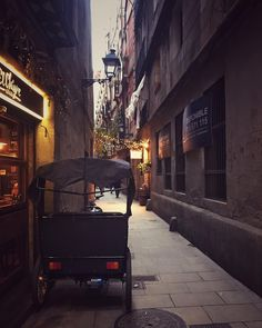 Estampas como estas son las que te puedes encontrar callejeando por Barcelona. •En algún lugar del #Born . . . #lasrecetasdemj…
