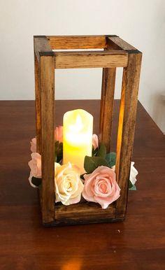 Lantern Centerpiece Wedding, Wedding Lanterns, Wedding Centerpieces, Wedding Decorations, Wedding Tables, Bois Diy, Wooden Lanterns, Rustic Bouquet, Vintage Wedding Invitations