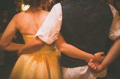 Casamento ao ar livre temático vintage rock and roll. Sítio. Lanterna. Amarelo. Laranja. Rústico, Moda, Retrô, Luzes. Vestido noiva diferente, Música, dança.