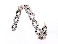 Länge: ca. 19 cm. Gewicht: ca. 39,8 g. WG 750. Hübsches, geschmeidiges Armband aus zwei ineinander geflochtenen Reihen besetzt mit feinen Brillanten, zus. ca....