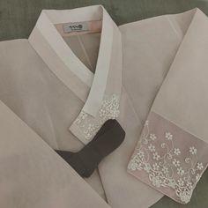 """은은하게 #레이스한복 세련되게 깃은 살짝 돌려서 #고름은 #포인트 #신부한복 . . . #종로한복 #효성주얼리시티 #신랑한복 #선팔 #혼주한복 #결혼한복 #결혼스타그램…"""""""