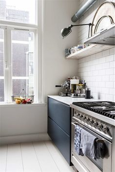 Home of the week: the perfect vintage modern mansion in Amsterdam Kitchen On A Budget, Kitchen Dining, Kitchen Decor, Kitchen Cabinets, Urban Kitchen, Interior Design Kitchen, Home Design, Amsterdam, Gravity Home