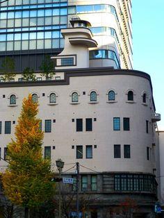 三菱倉庫ビル(三菱倉庫江戸橋倉庫)。 . 下層部に事務所、中間部に倉庫、最上部に食堂、といった感じで、 事務所と倉庫が一体になった、新しい都市型倉庫として、 1930年(昭和5年)につくられた建築です。 . 日本橋川のすぐそばにあるせいか、 全体が客船のイメージになっているのだそうです。 . 横方向に長い、全体のフォルム。 優美な曲面。 リズミカルに並んだ窓。 そして、 その上に突き出した、独特のかたちをした塔屋。 . 確かに、 豪華客船といった感じの、堂々たる雰囲気を持っていまし...