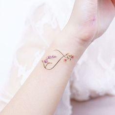 Best Wrist Tattoos Ideas For Women initial tattoo Best Wrist Tattoos Ideas For Women Cool Wrist Tattoos, Flower Wrist Tattoos, Wrist Tattoos For Women, Foot Tattoos, Unique Tattoos, Cute Tattoos, Body Art Tattoos, Mini Tattoos, Small Tattoos