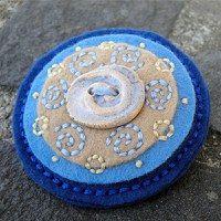 vyšívaná brož z filcu s keramickým knoflíkem ... moje práce :)