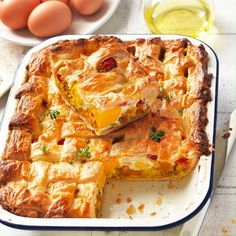 One of 2020's most popular tray bakes, this egg, bacon & veggie pie is super easy and quick to make. This recipe makes enough to feed the whole family for dinner so it's an easy recipe to put on the menu this week. Super simple for even the most basic home cook - you'll master this dinner recipe in no time. Bacon Egg, Egg And Bacon Pie, Tray Bakes, Lasagna, Super Easy, Dinner Recipes, Easy Meals, Veggies, Pastry Recipe