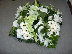 Afficher l'image d'origine Sympathy Flowers, Floral Design, Art Floral, Funeral, Deco, Floral Arrangements, Wedding Flowers, Centerpieces, Floral Wreath