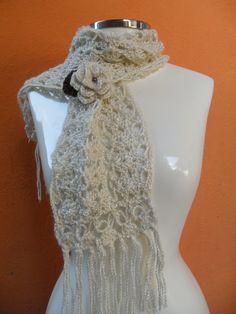 cachecol croche meio ponto segredo c/ flor de croche e miolo de biju www.facebook.com/artesdairis?fref=nf