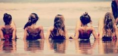 This is a cute beach picture idea to do with friends!