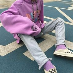 purple outfit 🌻 purple oversized jumper,light-wash jeans,purple socks and checkered vans Lila Outfits, Purple Outfits, Hipster Outfits, Indie Outfits, Retro Outfits, Grunge Outfits, Trendy Outfits, Vintage Outfits, Fashion Outfits