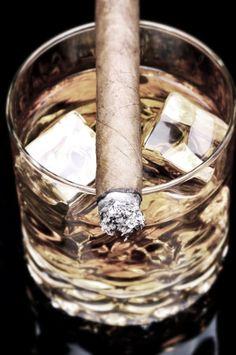 EU AMO MUITO TUDO ISSO! MEUS EXUS TAMBÉM, HEHE Cigars and a wiskey