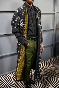 Haider Ackermann Men's - Paris Backstage We would like to present to you Haider Ackermann's Fall/Winter 2018 Men's Paris collection backstage. Photography by Julien Boudet. Great Mens Fashion, Mens Fashion 2018, 80s Fashion, Fashion Outfits, Womens Fashion, Fashion Trends, Fashion Shoes, Fashion Fall, Fashion Ideas
