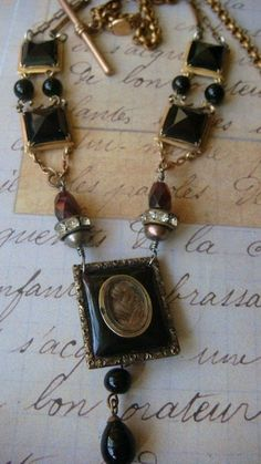 9 Vintage Jewelry Trends You Can Use to Create Unique Outfits . Recycled Jewelry, Old Jewelry, Jewelry Crafts, Jewelry Art, Antique Jewelry, Vintage Jewelry, Jewelry Design, Jewelry Making, Jewelery