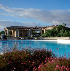 Adagiata su una collina che domina uno degli angoli più suggestivi della Sardegna, la proprietà della famiglia Simonelli. Un luogo magico dove l'acqua è la grande protagonista del paesaggio.