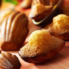 Découvrez la recette Madeleines à la vanille, poudre d'amande et miel sur cuisineactuelle.fr.