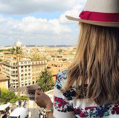 Bei der traumhaften Aussicht auf Rom schmeckt der Kaffee doch gleich noch besser
